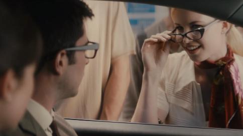 菲亚特新产品脑洞广告《穿梭未来见你老婆》