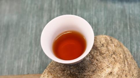 """""""喝茶表演艺术家""""介绍一款12年陈的神马熟茶"""