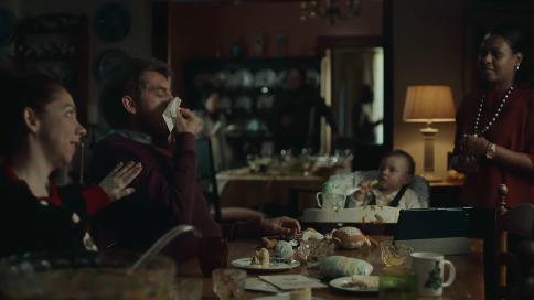 英国纸巾品牌圣诞短片:混乱的一天
