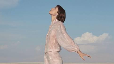 阿玛尼2019春夏广告大片:春影序章,海风拂袖